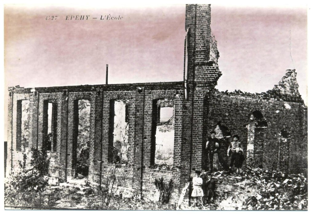 Fig. 15. L'école communale en ruines, photo 1920  (Coll. C. Saunier).
