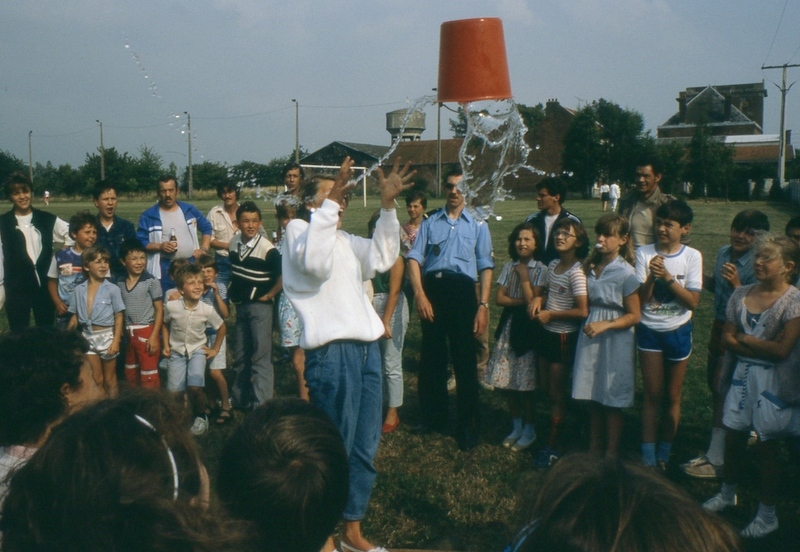Fig.1. Le jeu du seau d'eau (Photo C. Saunier, 14.07.85).