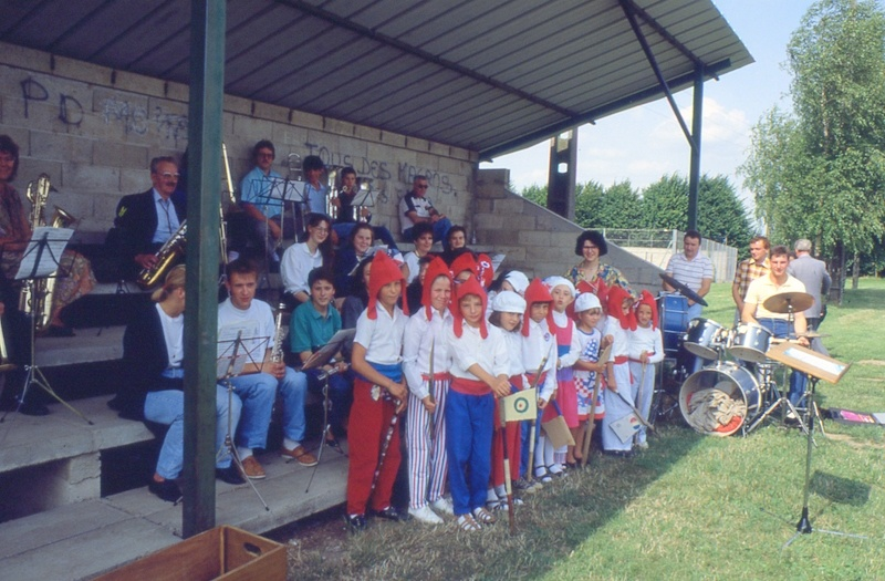 "Fig. 2. Orchestre et ""sans-culottes"" (Photo C. Saunier, 14.07.89)."