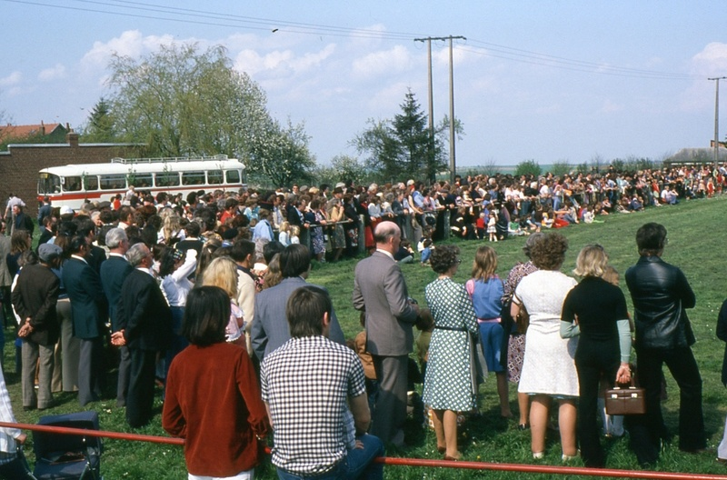 Fig. 4. Spectateurs d'un match de foot au stade d'Épehy (Photo C. Saunier, 04.05.78).